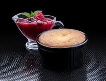 Varm muffin med den vita chokladinsidan och Redbearidge royaltyfri bild