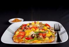 Varm ny vegetarisk tunnbrödpizza. royaltyfri fotografi