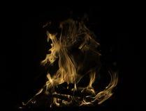Varm och hemtrevlig brand som vrålar i mörkret, silhouetted journaler Arkivbilder