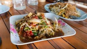 Varm och kryddig papayasallad med det thai blocket, thailändsk stil Fotografering för Bildbyråer