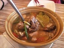 Varm och kryddig soppa med grisköttstöd arkivfoto