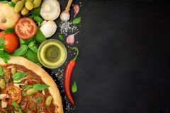 Varm pizza med ingredienser Arkivbild