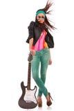 Varm rock'n'rollkvinna med den elektriska gitarren royaltyfri foto