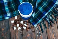 Varm rutig halsduk och en kopp kaffe Arkivbild