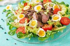 Varm sallad från ägg för feg lever, avokado-, tomat- och vaktel sund matställe fotografering för bildbyråer