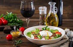 Varm sallad från feg lever, rädisa, gurka, tomat fotografering för bildbyråer