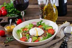 Varm sallad från feg lever, rädisan, gurkan, tomaten och ägget tjuvjagade royaltyfri bild