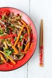 Varm sallad med aubergine, nötkött och peppar asiatisk kokkonst Royaltyfri Foto