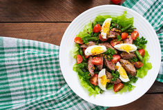 Varm sallad med feg lever, haricot vert, ägg, tomater arkivbild