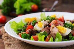 Varm sallad med feg lever, haricot vert, ägg, tomater arkivfoto