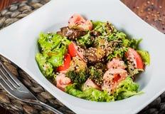 Varm sallad med feg lever, tomater, grönsallatsidor, broccoli på trätabellen royaltyfria bilder