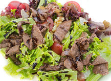 Varm sallad med nötkött, dressingen och grönsaker Fotografering för Bildbyråer