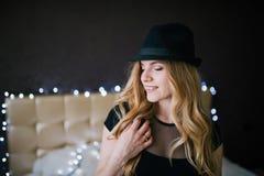 Varm sexig kvinnlig modell, i att posera för svart hatt arkivbild