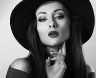 Varm sexig kvinnlig modell med ljus makeup och röd läppstift i bla Royaltyfri Fotografi