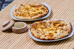 Varm smaklig brödkaka med gul ost Arkivfoton