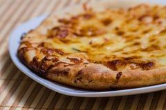 Varm smaklig brödkaka med gul ost Royaltyfri Bild