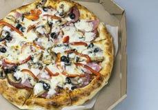 Varm smaklig pizza royaltyfria bilder