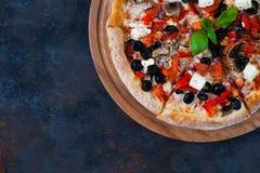 Varm snäsig pizza med tomater, mozzarella, champinjoner, oliv som är beträffande Royaltyfri Fotografi