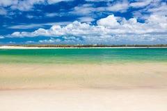 Varm solig dag på den Bulcock stranden Caloundra, Queensland, Australien arkivfoto