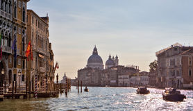 Varm solig dag på Grand Canal, Venedig, Italien Royaltyfri Foto