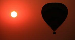 varm solnedgång för luftballong Arkivbild