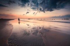 Varm solnedgång med den härliga sandmodellen Arkivfoto