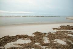 Varm soluppgång på kusten som förbiser silverpunktlänet P Arkivfoton