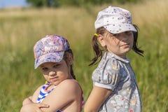 varm sommar Liten flicka som två poserar för kameran arkivbild