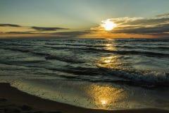 Varm sommarsolnedgång En stråle av solsken till och med molnen som bryter upp Royaltyfri Bild