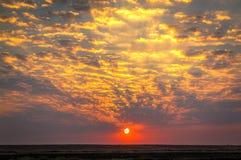 Varm sommarsolnedgång i molnen royaltyfria foton