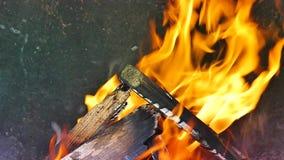 Varm spis mycket av trä och brand arkivfilmer