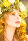 Varm stående av den sinnliga kvinnan med blommor Royaltyfria Bilder