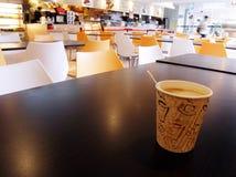varm tabell för kafeteriakaffekopp Royaltyfri Foto
