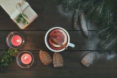 Varm te och julgåva Arkivbild