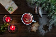 Varm te och julkakor och dekor Royaltyfri Bild