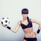 varm ung kvinna som rymmer en soccerball Arkivbilder