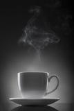 varm vätskeångawhite för svart kopp Arkivbild