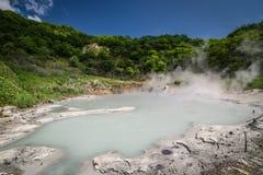 Varm vår för svavel på Oyunuma sjön, Noboribetsu Onsen, Hokkaido, Royaltyfri Bild