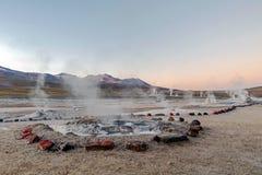 Varm vår på Geysers för El Tatio med att ånga geysers, Hot Springs, koka vatten lite varstans på soluppgång, Chile, Sydamerika royaltyfria foton