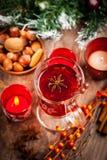 Varm vinstansmaskin med ingredienser för jul Arkivbild
