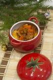 Varm vinterköttragu med potatisar och kryddor, morötter och gräsplaner goulash arkivbild