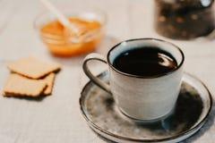 Varma drink och sötsaker Kopp, honung, kex och teblad över t arkivbilder
