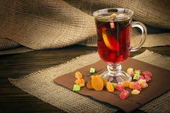 Varma drinkar, rött te, mintkaramell Arkivfoton