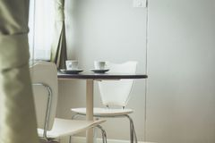 Varma drinkkaffekoppar på tabellen i inget tyst stillhet arkivfoto