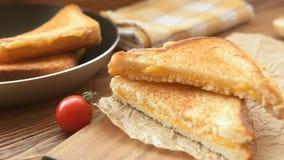 Varma grillade smörgåsar med guld- ost stock video
