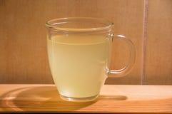 Varma Gripex ordnar till för drink Varma Gripex är medicinsk för influensa eller feber Arkivbilder