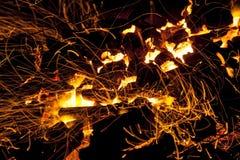 Varma gristrande levande-kol som bränner i en grillfest Royaltyfri Foto