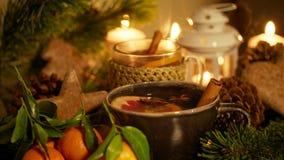 Varma julprydnader med den varmt te, stearinljus, mandariner, pepparkakan, etc. royaltyfri fotografi