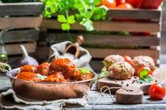 Varma köttbullar med tomatsås Royaltyfria Foton