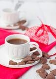 Varma kakao- och kakahjärtor Selektivt fokusera Arkivfoton